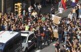 Katalonijā streikā pret policijas vardarbību bloķēti ceļi, notiek demonstrācijas