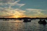 Fantastiska noskaņa: mūzika, sarunas un saullēkts uz ezera