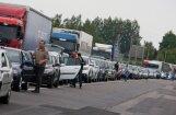 Krievija pārtraukusi pārbaudīt ES reģistrētus vieglos auto; Terehovā veidojas rinda
