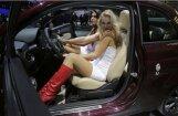 ФОТО: девушки Парижского автосалона