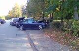 Video: Skolēni Teikā avarējušu BMW ievelk cita auto sānos