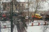 Foto: Augusta Deglava ielā avarē divas automašīnas; viens cietušais