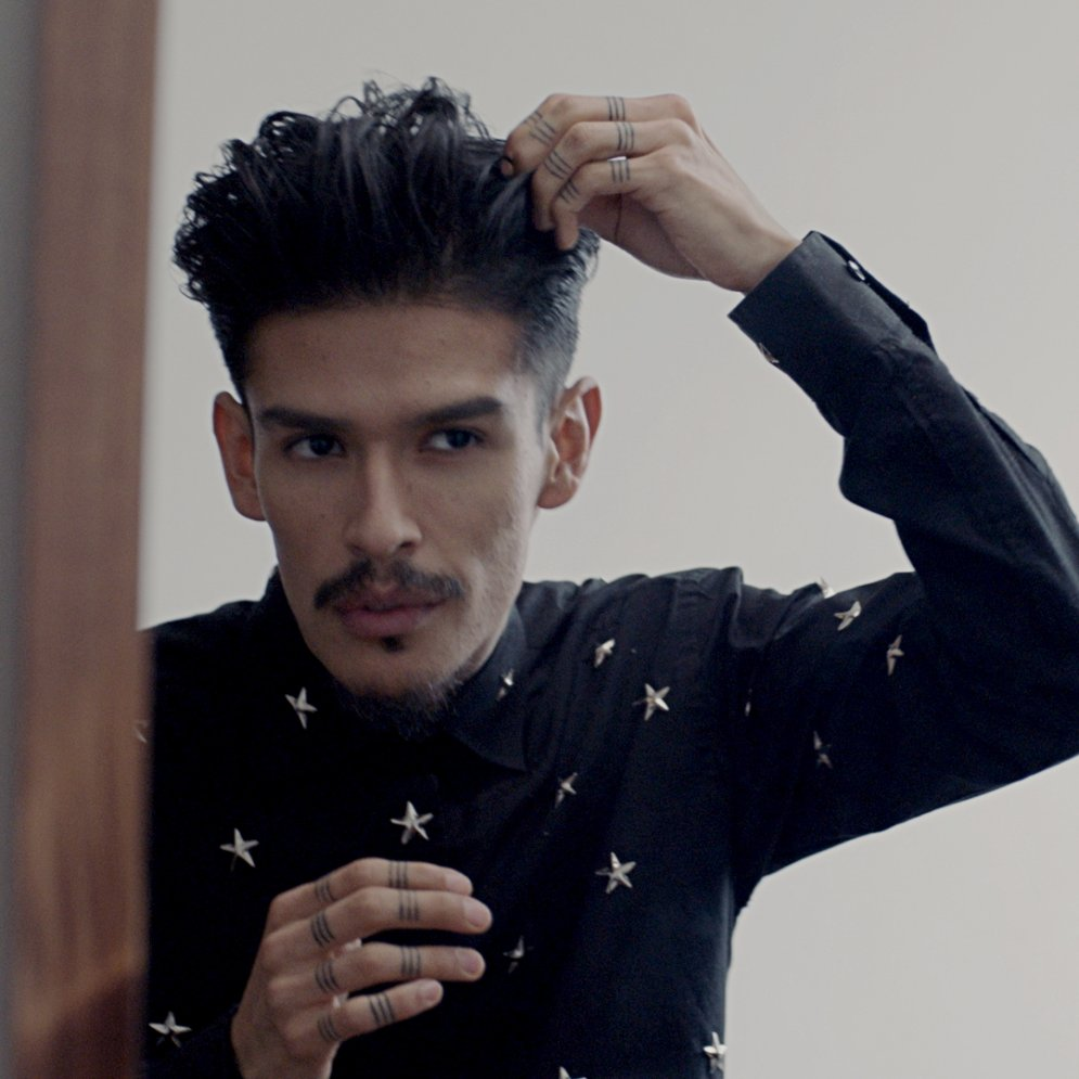21. gadsimta rokenrols – vīri ar gariem matiem iekļaujas īso matu spēlē