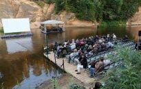 Ar nebijušu brīvdabas performanci uz Gaujas atklāts Cēsu Mākslas festivāls