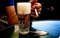 Iecienītākie dzērieni pērn - 'Cēsu Džons' un 'Apinītis stiprais', populārākie smēķi – 'Philip Morris', secinājis VID