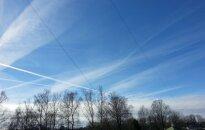Aculiecinieka foto: Kā Rīgas debesis pārklāj dīvainas 'trases'