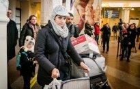 Foto: Lietuvā ierodas pirmie bēgļi - izglītots irākietis ar ģimeni