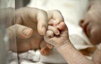 Slimnīcā ar smagām traumām nogādā zīdaini; bērna vecāki aizturēti