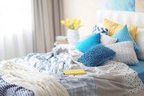 Spilveni, augi un tekstilijas – kā izskatās 'Pinterest' cienīga guļamistaba