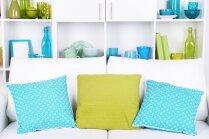 Lieliskā krāsu trīssavienība interjerā – tīri balts, spirgti zaļš un gaisīgi zils