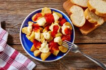 Kā pagatavot zeltainus kartupelīšus spāņu gaumē ar dažādām mērcēm jeb 'patatas bravas'