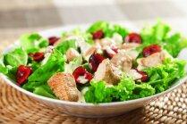 Lapu salāti ar vistu un ķiršiem
