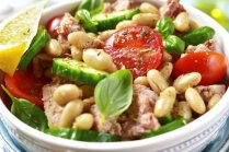 Ātrie pupiņu salāti ar tunci, tomātiem un baziliku