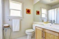 Žalūzijas, uzlīmes vai plandoši aizkari – ko izvēlēties logiem vannasistabā