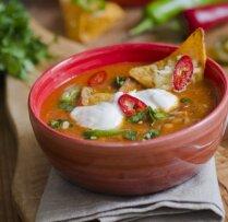 Asā meksikāņu zupa ar kukurūzas čipsiem