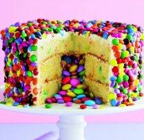 Biskvīta torte ar sviesta krēmu un šokolādes konfektēm