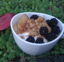 Biezpiena deserts ar karamelizētiem āboliem, auzu pārslām un kazenēm