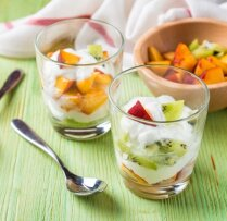 Kivi un nektarīnu salāti ar jogurtu