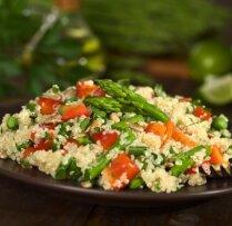 Siltie kvinojas salāti ar sparģeļiem