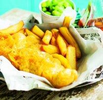 Eļļā vārīta zivs fileja alus mīklā ar frī kartupeļiem