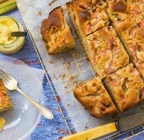 Rabarberu–ingvera kefīrkūka ar vaniļas mērci