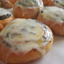 Пышные маковые булочки в сливочной глазури