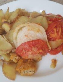 Zivju pirkstiņu sacepums ar kartupeļiem un sīpoliem