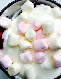 Ātrais deserts ar zemenēm un 'marshmallows'