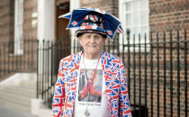 82 gadu vecumā nakšņot pie slimnīcas: dedzīgākais britu karaļnama fans