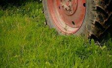 Pāvilostas novadā traktora vadītājs traumē jaunieti