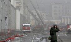 Foto: Maskavā biezos dūmu mutuļos deg Aizsardzības ministrija; ugungrēks likvidēts