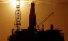 Vētrā dreifējošas baržas dēļ Ziemeļjūrā evakuē naftas platformas