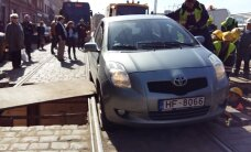 Video: Autovadītāja neuzmanība paralizē tramvaju satiksmi Krišjāņa Barona ielā
