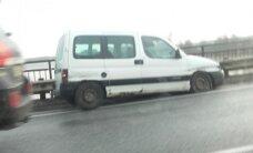 Uz Lielupes tilta avarē mikroautobuss