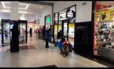 Video: Zviedrijā lielveikalā vīrietis netraucēti nofilmē laupīšanas uzbrukumu