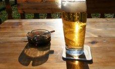 Iecienītākie dzērieni pērn - 'Cēsu Džons' un 'Apinītis stiprais', populārākie smēķi – 'Winston', secinājis VID