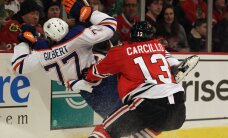 NHL komandas 'Blackhawks' uzbrucējs Karsillo paša veiktā spēka paņēmienā gūst nopietnu traumu
