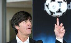 Video: Vācijas izlases treneris Lēvs aizskar sevi spēļu laikā; futbolistus tas neuztrauc