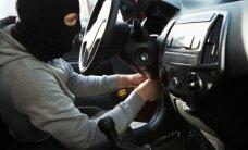 Ierodoties policijai, Rēzeknē autozaglis ieslēdzas zagtā auto salonā