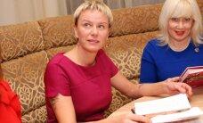Latvijas blondīnes prezentē pavārgrāmatu