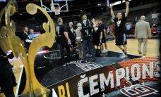 Pēc apbalvošanas ceremonijas salūzis Latvijas basketbola čempionu kauss