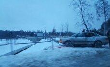 Foto: Ogrē 'Audi' iestūrē barjerā; cietušo nav