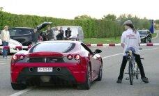 Video: Reaktīvais velosipēds piesmej 'Ferrari' superauto