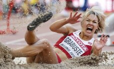 Cik skaisti smiltīs prot nokrist Aiga Grabuste un citi sportisti