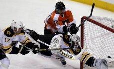 'Bruins' sakauj 'Flyers' un iekļūst nākamajā kārtā; 'Red Wings' aizliek kāju priekšā 'Sharks'