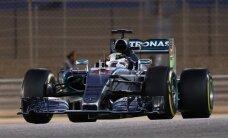 Hamiltonam uzvara Bahreinā; Raikonens iespraucas starp abiem 'Mercedes'
