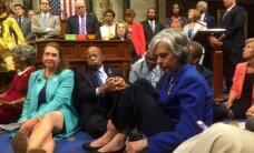 Demokrāti ASV Kongresā rīko sēdstreiku, pieprasot stingrākus šaujamieroču aprites likumus