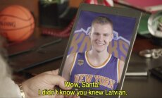 Video: Porziņģis reklāmā latviski sarunājas ar Ziemassvētku vecīti