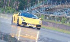 Foto: Latvijā piedāvā iespēju ar 'Lamborghini' izbraukt pa Biķernieku trasi