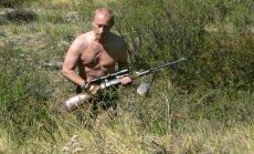 Krievijas 'anti-geju politiķis' aicina aizliegt vīriešiem staigāt kailiem torsiem